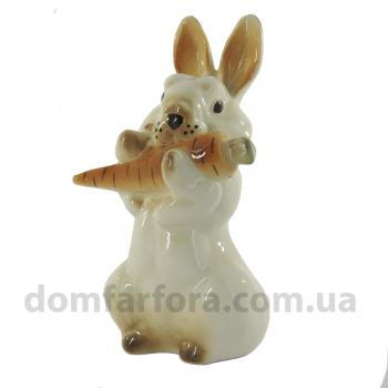 Скульптура Заяц с морковкой №2